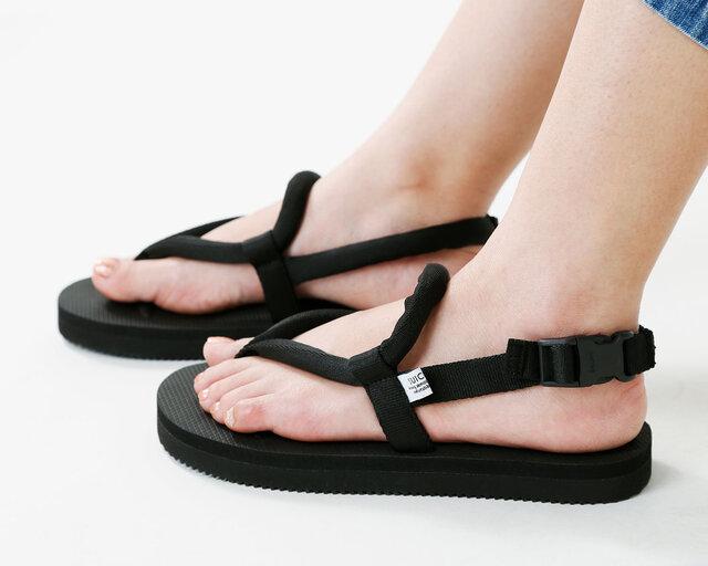 フィット感を調節できるので足の形を選ばずフィットします。脱ぎ着が素早く簡単に行えるのでアウトドアやビーチなどレジャーシーンでも活躍してくれます。