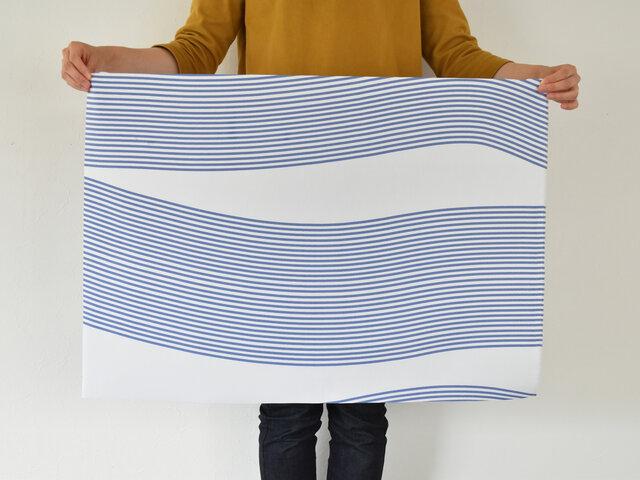 コルティーナの「北欧生地のおためしハーフカット」は、本来の生地幅の半分(以下参照)×長さ約50cm単位のおためしサイズのことです。1枚から何度でもご注文可能ですよ!  このハーフカットサイズならクッションカバーやファブリックパネル、バッグなど、工夫次第でいろいろなものが作れます。
