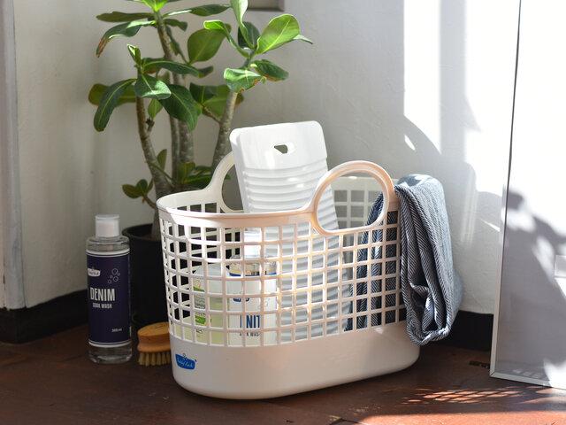 ランドリーバスケット・ミニは、ランドリーグッズの収納カゴにおすすめです。普段使いの洗剤やデリケート衣類用の洗剤、柔軟剤や染み取りグッズ…。何かとごちゃごちゃとしがちなランドリーグッズを、こちらのシンプルな白いバスケットに入れると生活感もスッキリ!