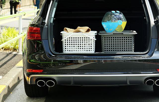 荷物を詰め込んでCOVERCHIOでフタをする。 持ち物をコンパクトにまとめられてとても助かるこの存在。 フタを閉めた上からもスタッキングが出来るから、車に積み込むときにもすっきりです。 (積み上げ過ぎにはご注意ください。) そしてCOVERCHIOは、シンプルにトレイとしても使えるんですよ。 家の中でも外でも本当に活躍の幅が広いこの2つ、揃えるなら断然CESTINOとCOVERCHIOのセットが便利です! ※CESTINOとCOVERCHIOは別売りです。