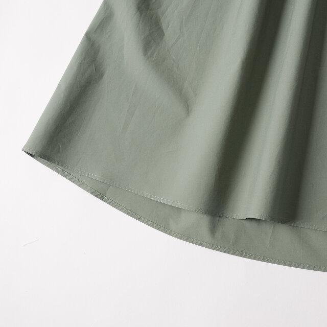 裾には前後で差があり、ラウンドしているところが特徴的です。
