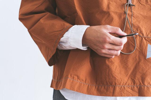 短めの袖丈で、インナーとの重ね着も楽しめます。