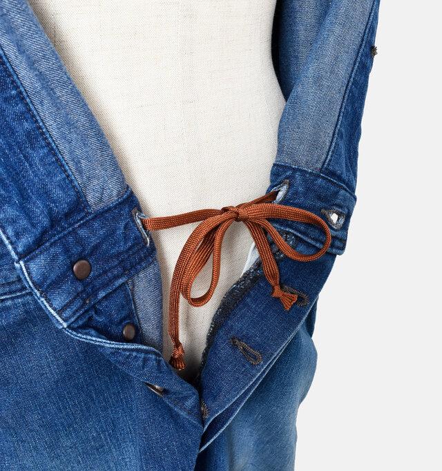 裏にはフィット感を調整する紐がついているので、トップス部分を腰に巻いたときの安定感も抜群。