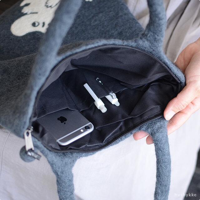 便利なミニポケット付き。ファスナーもついているので安心です。