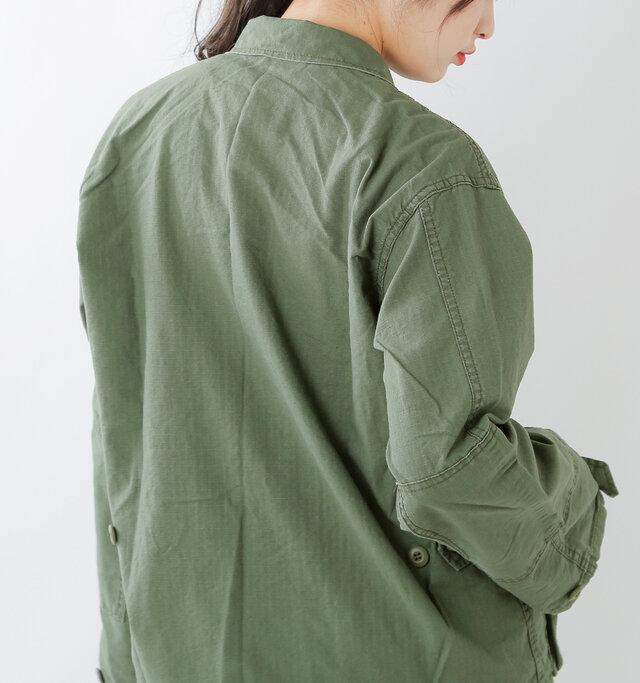 肩幅に余裕があるので、窮屈感はなく、ゆったりとルーズに着こなせます。
