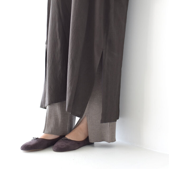 裾には深めのスリットを入れ、軽やかな印象を与えてくれます。