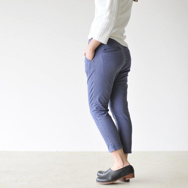 テーパーの効いた美しいシルエットが魅力的で、クロップド丈で足首をすっきりと演出。 モモ周りはゆとりがあり穿きやすく、ストレッチが効いているので快適な着心地を叶えます。