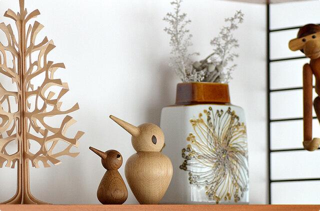 ARCHITECTMADE(アーキテクトメイド)はデンマークのミッドセンチュリー時代に活躍したデザイナーや建築家の作品を毎年少しずつ忠実に復刻させているブランドの木製玩具シリーズです。(左)バードSmall デンマークの工房で職人の手によって、当時のディティールをそのままに、忠実に再現されています。
