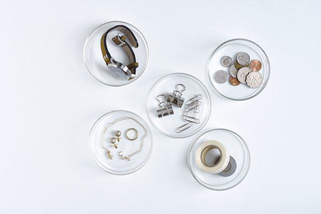 シンプルなクリアガラスのケースは、中身が見えるので小物整理にぴったり。どんなインテリアにも馴染み、凛とした繊細な佇まいで中に入れるものを美しく見せてくれます。