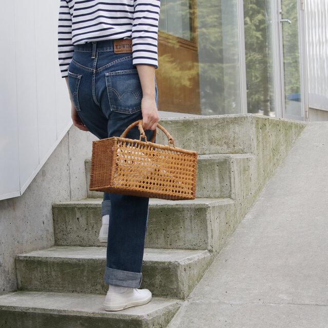 こちらは、店頭人気No.1の透かし模様の入った長方形型のかごバッグ。 四角いフォルムがかごバッグだけどシャープな印象で甘さ控えめ。 少し珍しい形が新鮮です。 透かし模様を活かすように、柄ものや色物のポーチや巾着を入れて楽しむのもおすすめですよ。