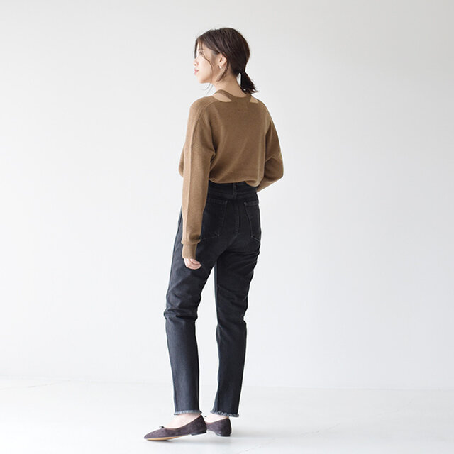 Paratiisi パラティッシのスリットニットは魅せすぎないさりげなさが丁度いい。 ボトムスはカットオフデザインのブラックデニムを合わせたデザイン性の高い組み合わせ。 かっこいい大人の女性のスタイリングの完成です。