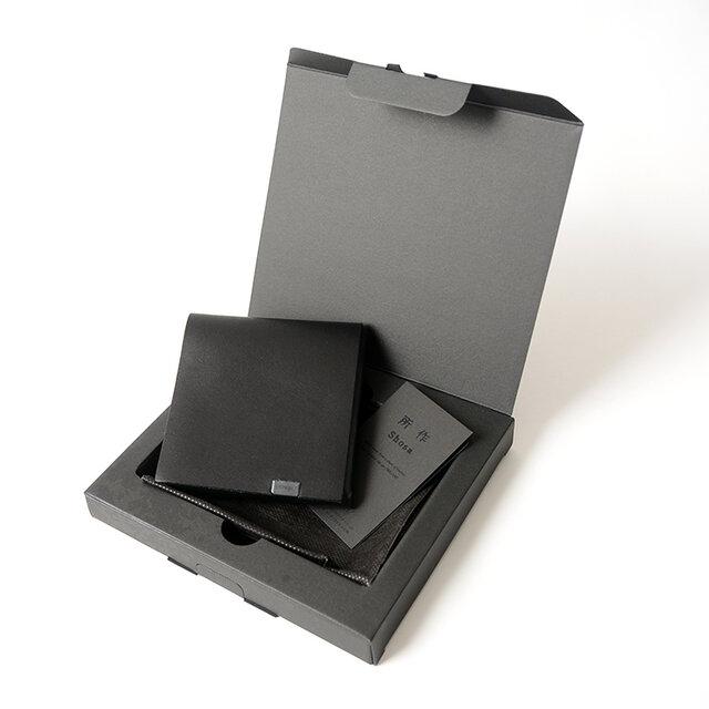 アイテムは専用のシンプルなボックスに入れてお届け。プレゼントなどの贈り物としてもぴったりです。