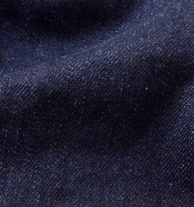 柔らかく、肌馴染みの良いデニム素材。 程よい厚みがあり、ワンウォッシュ加工のヴィンテージ感溢れる生地感に仕上がっています。