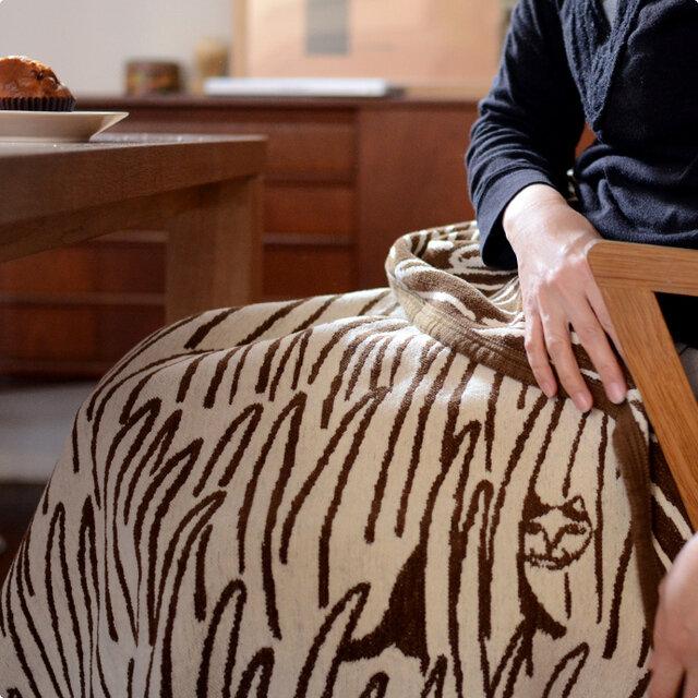 ハーフサイズは、足元が寒い時にサッと掛けやすい大きさ。扱いやすく、しっかり足元を包んでくれます。