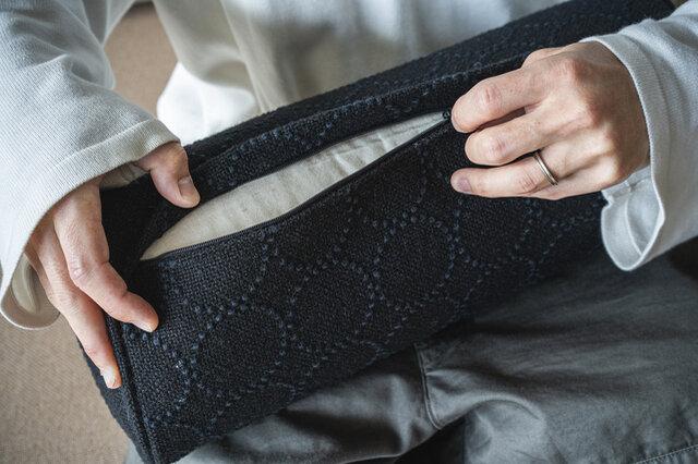チャックで開閉ができ、カバーの取り外しが可能。(black)