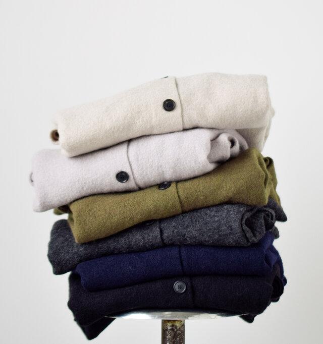 ベーシックで着回しのきくカラー6色(beige/light gray/khaki/charcaol/navy/black)が勢ぞろい。 ウールらしい色合いが、柔らかく女性らしい着こなしを叶えます。