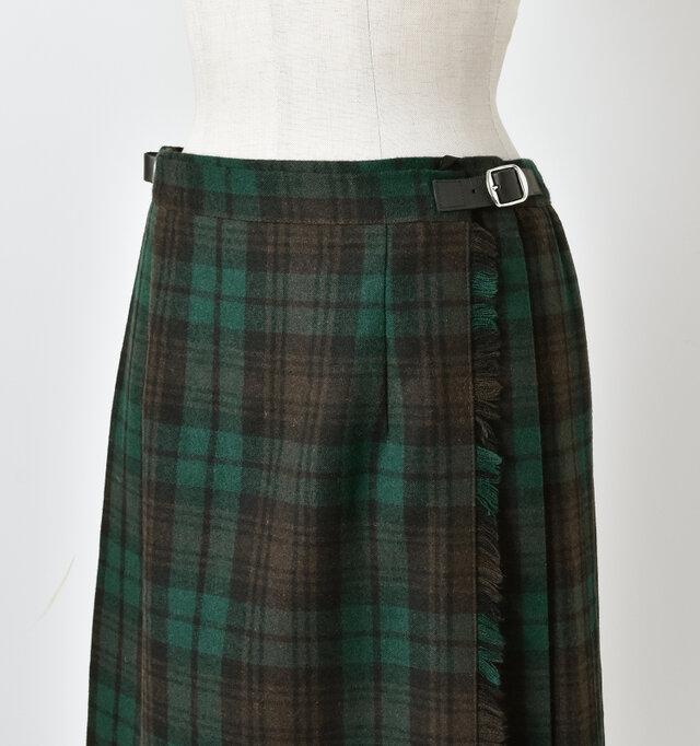 1枚のラップスカートをベルトで留める伝統的なキルトスカート。 フロントはタイトでスッキリと美しく仕上げています。