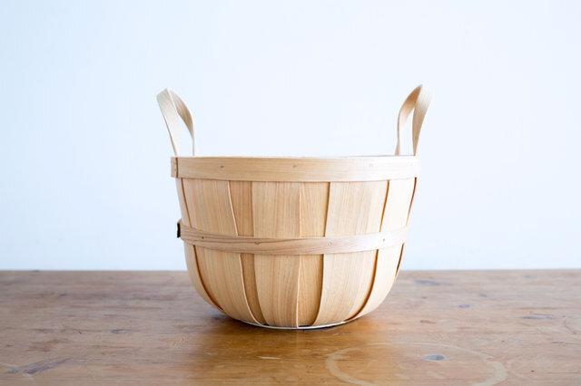 ハンドメイドの温もりを感じる、優しいシルエットのハンドルバスケット。取っ手が付いているので、持ち運びにも便利です。