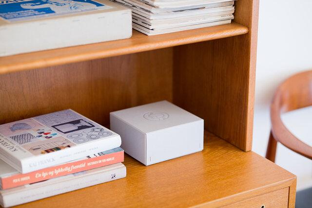 職人さんの手仕事で丁寧に作られた、日本限定のボックス。蓋の中央にエンボスされたイヤマちゃんが、控えめながら存在感を放っています。
