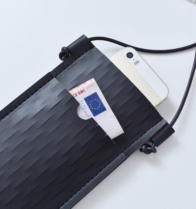 背面にはポケットが付いており、カードや紙幣などを入れることもできます。