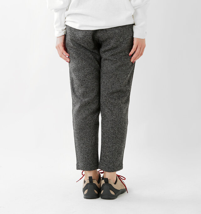 太ももから裾にかけて程よくテーパードがかかり、股上が浅めになっているので美脚効果も大。カジュアル、きれいめどちらの着こなしにも合わせやすい形です。
