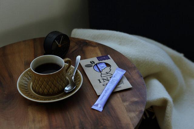 就寝前やマタニティ・授乳期など、コーヒーは飲みたいけれどカフェインは控えたい。そんな気持ちに応えてくれるのが「ナイトアロマ」です。カフェインを100g中99.85%除去したデカフェコーヒー。バランスの良いコロンビア産の豆と力強いコクのグアテマラ産の豆をブレンドしました。