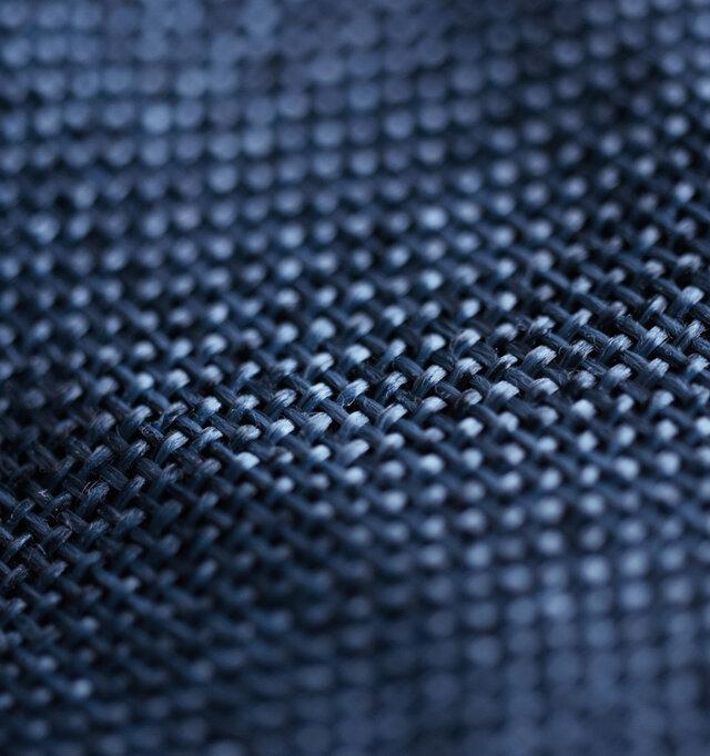 天然素材の風合いに限りなく近づけたポリエステル素材を使用。汗をかいても気を使わず、丸洗いして綺麗に保てるのがメリット◎