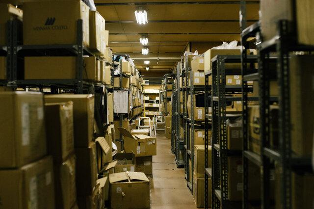 工場内に眠っている残糸の入った箱。私たちにできることって何だろう。