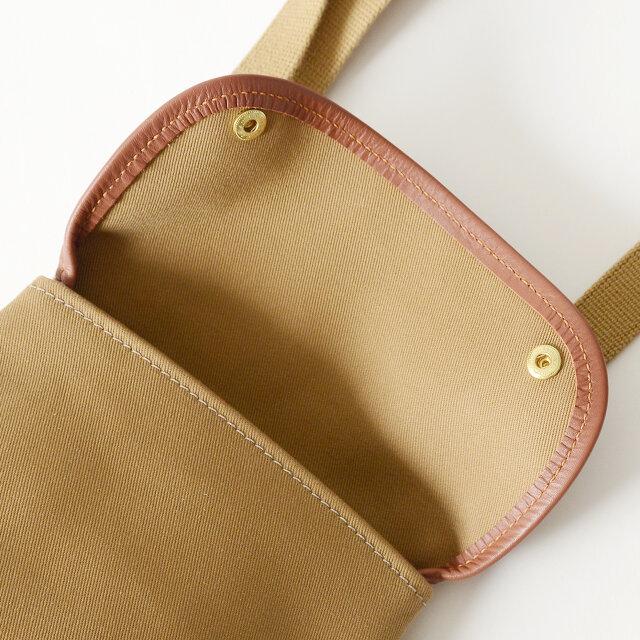 スナップボタン留めのフラップはブライドルレザーの縁取りが施され、ダブルステッチで縫い上げられているので非常に丈夫なつくりに。