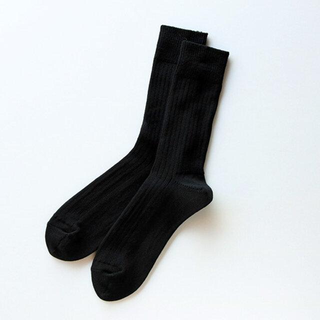ほどよい厚みと細めのリブ編みが足元をすっきりと見せ、上品な印象を与えてくれます。  寒さを吹き飛ばす高い保温性はもちろんのこと、素肌を刺激しない滑らかな履き心地、吸湿・放湿性にも優れるためムレ感が少ないのもポイントです。
