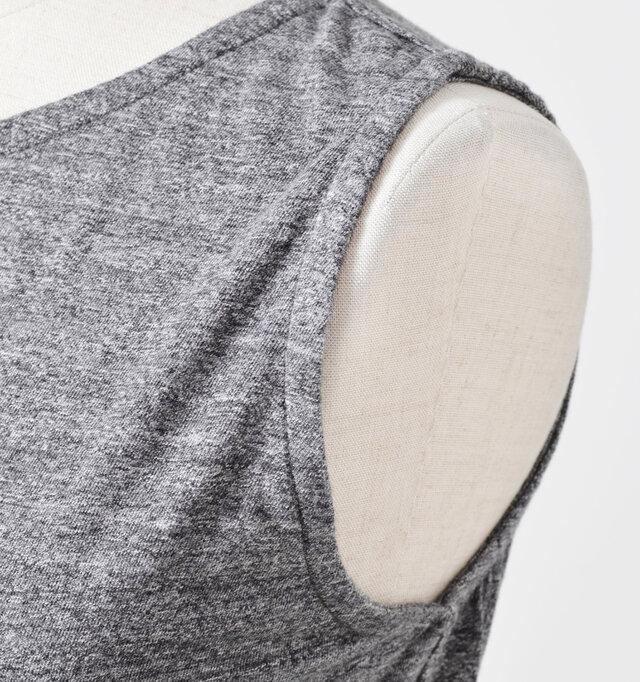 ピッタリとしたアームホール。インナー使いにした際、この形なら着ぶくれも防げる形です。