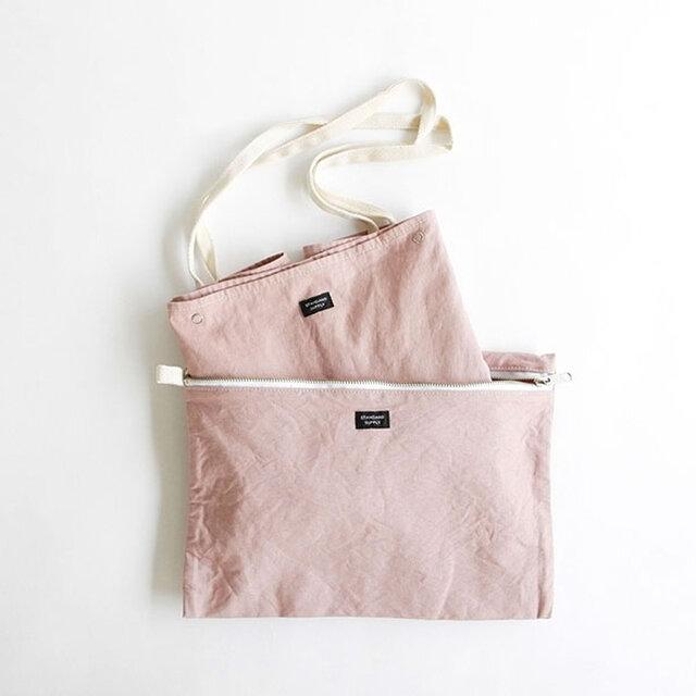バッグには同素材のポーチが付き、バッグを使わないときは折り畳んでポーチに収納が可能です。