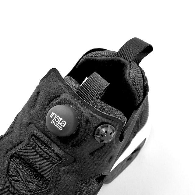 ポンプボタンを数回押して調整するだけで、履く人それぞれの脚の形に合うように伸縮するポンプシステムは、 シューレースがなくてもしっかりとしたフィット感を得られます。