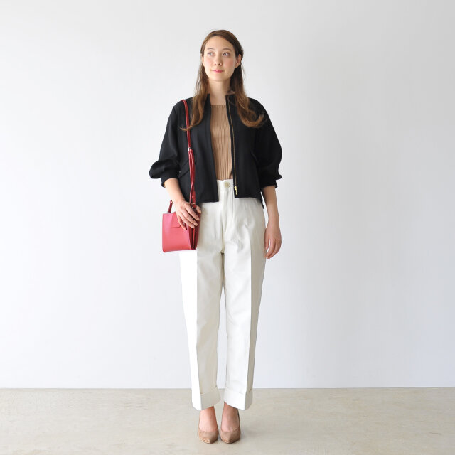 ジャケットとして羽織り、ホワイトパンツと合わせて大人っぽいカジュアルスタイル。