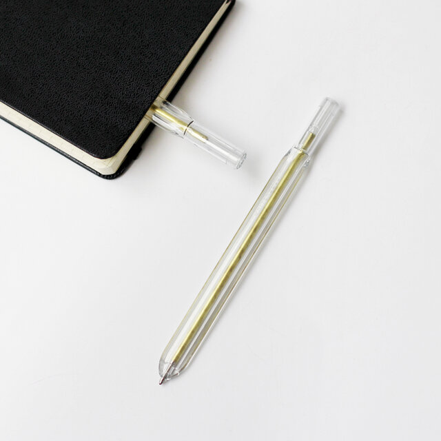 ブラス製の芯が見えるクリアな素材感もかっこいいデザイン。