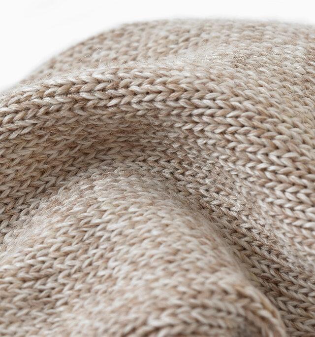 ウール混で保温性が高く、太めのミックス糸で編まれたざっくり感が魅力。 柔らかくて肉厚で履き心地はやさしく、デイリーにはもちろん、スポーツやアウトドアシーンにもおすすめなソックスです。