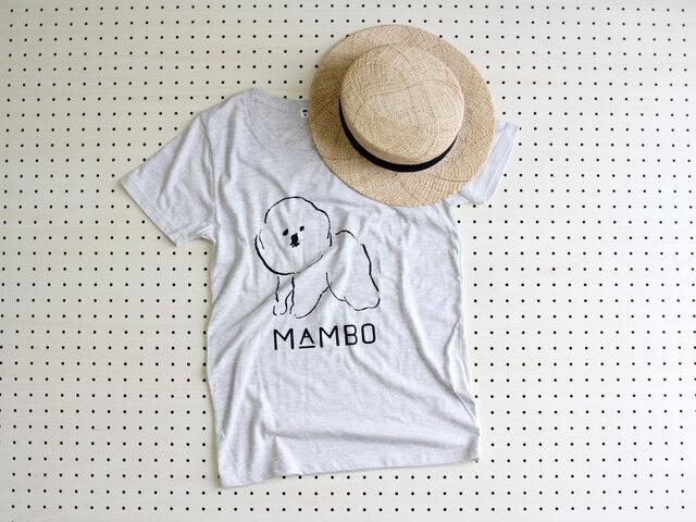 """""""MAMBO""""は、ふわふわのビション・フリーゼがモチーフ。つぶらな瞳がなんとも言えぬ可愛らしさです。 どこか気の抜けたイラストが、カジュアルをこなれたコーディネートに格上げしてくれますよ。  (Tシャツはグレーとオートミールの2色展開。こちらはオートミールです。)"""