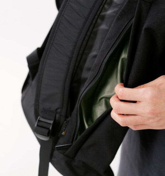 もう片方には500ml ペットボトルもすっぽり収まるポケットが。スマートフォンなど、出し入れが頻繁な小物を入れておくと便利ですね。