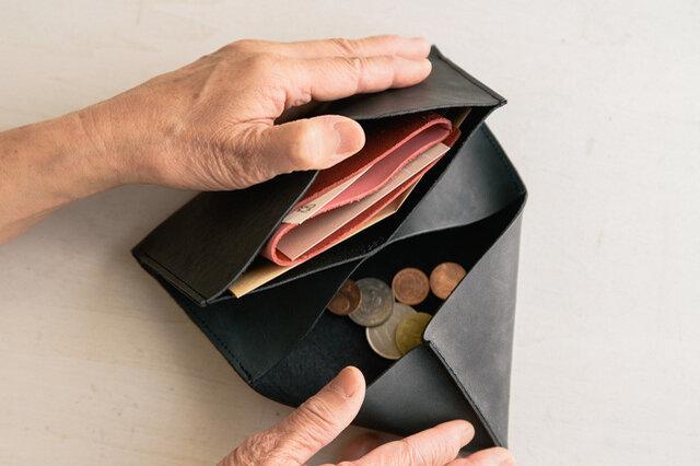 別売りの「カードケース」もナイスです。一枚革で作られたシンプルなカードケースをサイフにセットすることで、お財布をカスタムすることができます。お好きな色の組み合わせでどうぞ!
