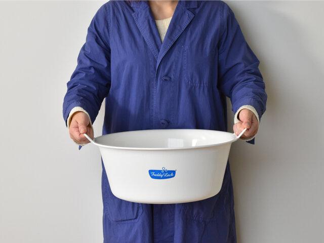 こちらのウォッシュタブは、手洗いの強い味方♪広い口で使いやすく、たっぷり浸け置き洗いも可能。