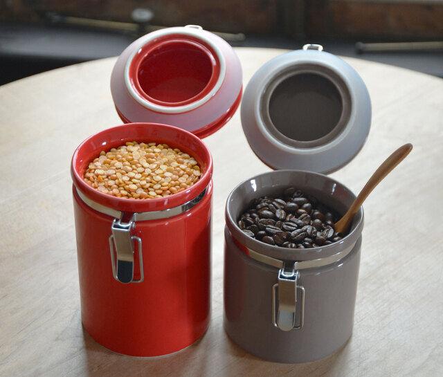 左:コーヒーキャニスター200 コーヒー豆など約200gの密封保存が可能です。 右:コーヒーキャニスター150 コーヒー豆など約150gの密封保存が可能です。