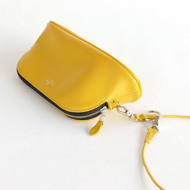 サイドのDカンにストラップ(別売り)を付けて、お手持ちのバッグに装着することもできます。