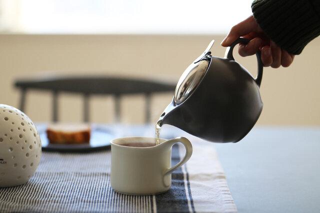 KOZマグには、毎日を心地よく過ごすために仲間たちがいます。 ころんと可愛いティーポット。 この大きさで1度に2~3人分淹れられます。 蓋をカチャっと付ければ片手で簡単にお茶を注げるのが便利です。 そして、蓋を外して丸洗いできるからとっても衛生的。