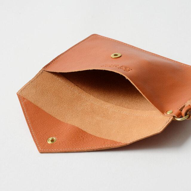 内側もいたってシンプル。 ハンカチやティッシュ、携帯電話など、ちょっとした手荷物を入れるのにとっても便利です。