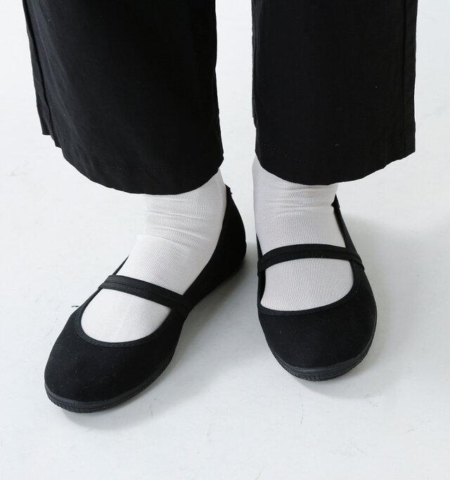 かしこまらず、それでいてカジュアルすぎない絶妙なバランスに仕上がっています。ゴムストラップで甲をしっかりホールドするので、安心感のある履き心地です。
