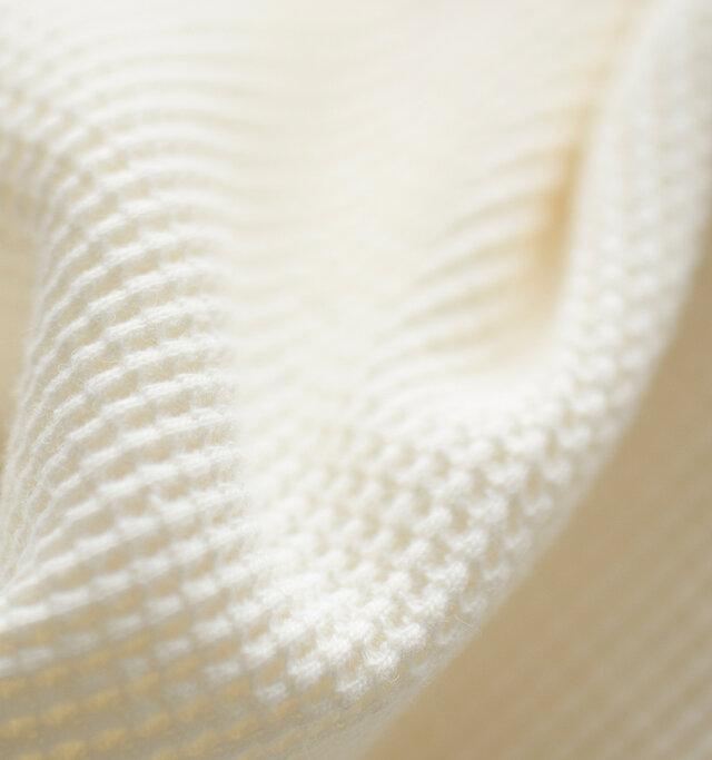 コットンに化繊を織り込んだ爽やかな生地を使用。ガーメントウォッシュと呼ばれる加工法で、古着の表情が追求されています。空気を含むワッフル編みの生地は吸水性と保温性に優れており、長いシーズンお使い頂けます。