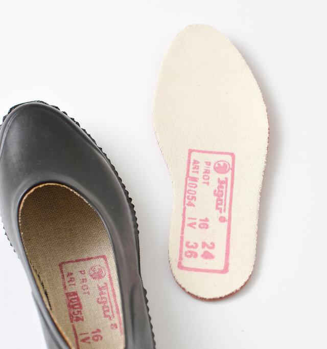 インソールは取り外し可能。 インソールのスタンプが色移りするので、白などの靴下の際はご注意ください。
