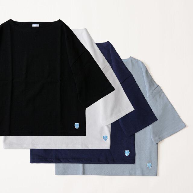 様々なコーディネートに取り入れやすいソリッドカラー。 ストライプやチェックなど、柄物のシャツをレイヤードする際にもオススメです。