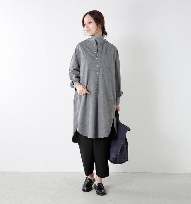 color : white×black / size : 1  薄手でコンパクトなフィット感なので、重ね着するのにもオススメ。