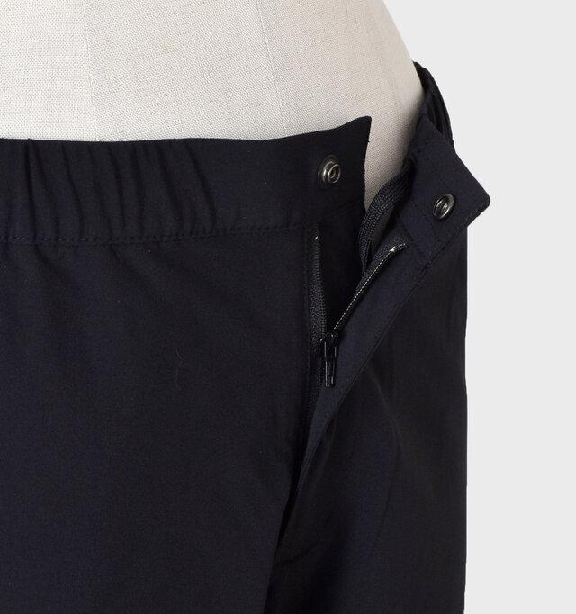 フロントはボタンとジップフライ仕様で着脱が楽に出来ます。内側にドローコード付きで細かなサイズ調整が可能。